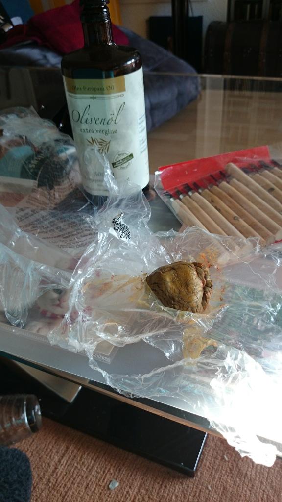 Unbehandelter Bronzeclay muss dringend luftdicht verschlossen und gekühlt aufbewahrt werden! Zum zwischendurch Anfeuchten eignet sich Olivenöl.